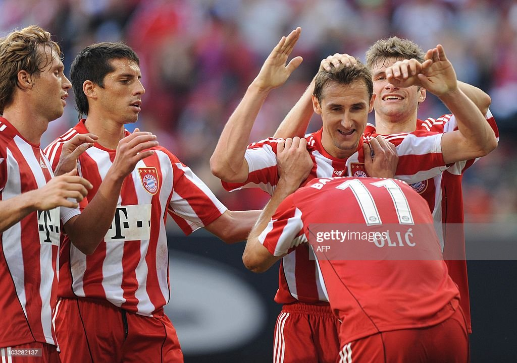 Bayern Munich's striker Miroslav Klose (L) and Schalke's defender Christoph Metzelder (R) challenge for the ball during the German football Super Cup final between German first division Bundesliga football teams FC Bayern Munich and Schalke 04 in the stadium in Augsburg, southern Germany, August 7, 2010. AFP PHOTO / CHRISTOF STACHE (L-R) Bayern Munich's midfielder Andreas Ottl, Argentinian midfielder Jose Ernesto Sosa, striker Miroslav Klose, Croatian striker Ivica Olic and striker Thomas Mueller celebrate after Klose scored the second goal for Munich during the German football Super Cup final between German first division soccer teams FC Bayern Munich and Schalke 04 in the stadium in Augsburg, southern Germany, August 7, 2010. Munich won the match 2-0.