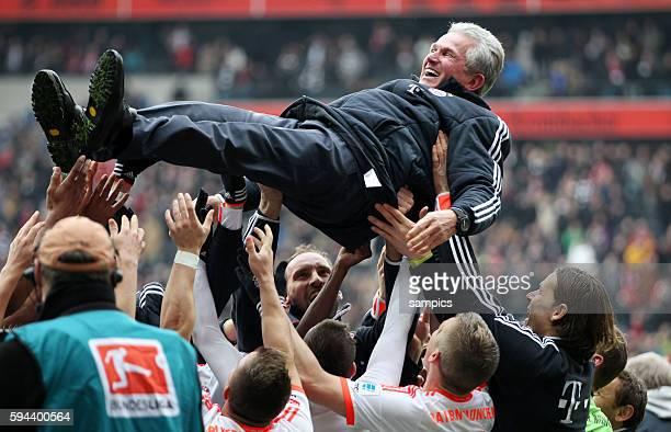 FC Bayern Spieler feiern die vorzeitige deutsche Meisterschaft 2013 Jupp Heynckes Trainer FC Bayern München wird von den Spielern gefeiert Fussball...