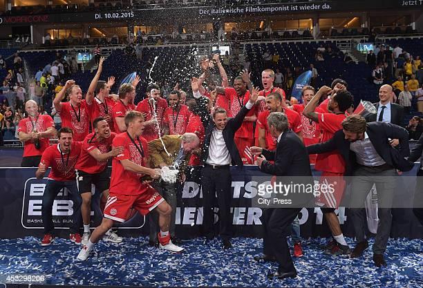 FC Bayern Team feiert den Sieg mit Sekt nach Spiel 4 der Beko BBL playoffs zwischen Alba Berlin und FC Bayern München