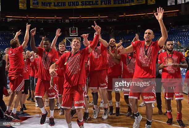 FC Bayern Team feiert den Sieg nach Spiel 4 der Beko BBL playoffs zwischen Alba Berlin und FC Bayern München