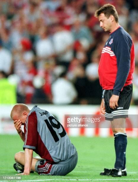 FC BayernErsatztorwart Bernd Dreher steht am mit gesenktem Haupt im Stadion von Barcelona hinter seinem Teamkollegen Carsten Jancker der sein Gesicht...