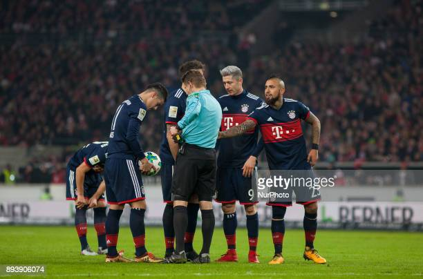 Bayerns Arturo Vidal and Robert Lewandowski discuss with the referee during the German first division Bundesliga football match between VfB Stuttgart...