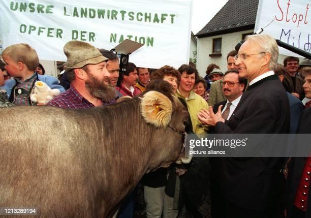 Bayerns Ministerpräsident Edmund Stoiber diskutiert mit Milchbauern aus dem Unterallgäu die gegen den Verfall der Erlöse aus dem Milchgeschäft...