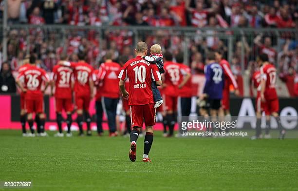 BayernSpieler Arjen Robben laeuft mit Sohn Luka ueber das Spielfeld nach dem BundesligaSpiel zwischen dem FC Bayern Muenchen und dem VfL Bochum in...