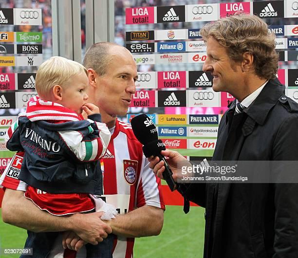 BayernSpieler Arjen Robben mit Sohn Luka beim TVInterview nach dem BundesligaSpiel zwischen dem FC Bayern Muenchen und dem VfL Bochum in der Allianz...
