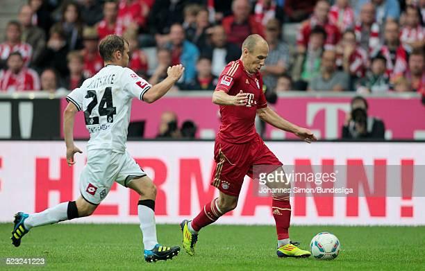 BayernSpieler Arjen Robben und BorussiaSpieler Tony Jantschke kaempfen beim Bundesliga Spiel zwischen dem FC Bayern Muenchen und Borussia...