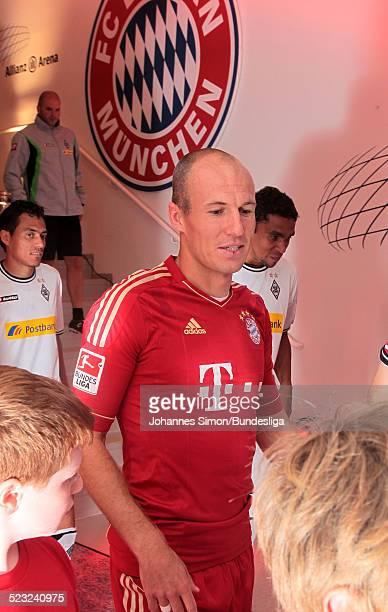 BayernSpieler Arjen Robben wartet im SpielerTunnel auf den Start des Bundesliga Spieles zwischen dem FC Bayern Muenchen und Borussia Moenchengladbach...