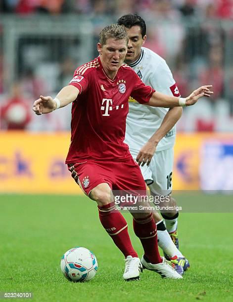 Bayern-Spieler Bastian Schweinsteiger und Borussia-Spieler Juan Arango kaempfen beim Bundesliga Spieles zwischen dem FC Bayern Muenchen und Borussia...