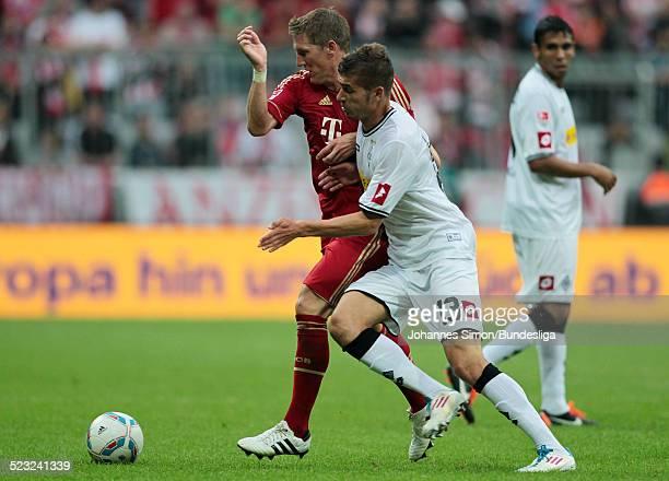 BayernSpieler Bastian Schweinsteiger und BorussiaSpieler Roman Neustaedter kaempfen beim Bundesliga Spiel zwischen dem FC Bayern Muenchen und...