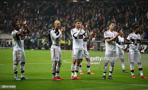 FC Bayernspieler Douglas Costa Arjen Robben Thomas Müller Xabi Alonso Robert Lewandowski Thiago und David Alaba nach dem Spiel bei den Fans Fussball...