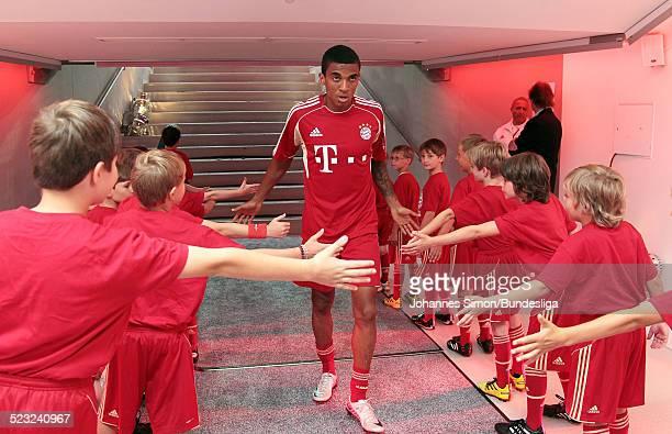 BayernSpieler Luiz Gustavo wartet im SpielerTunnel auf den Start des Bundesliga Spieles zwischen dem FC Bayern Muenchen und Borussia Moenchengladbach...