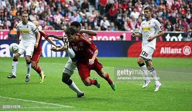 BayernSpieler Mario Gomez und BorussiaSpieler Juan Arango kaempfen beim BundesligaSpiel zwischen dem FC Bayern Muenchen und Borussia Moenchengladbach...