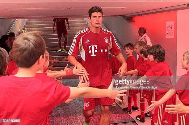 BayernSpieler Mario Gomez wartet im SpielerTunnel auf den Start des Bundesliga Spieles zwischen dem FC Bayern Muenchen und Borussia Moenchengladbach...