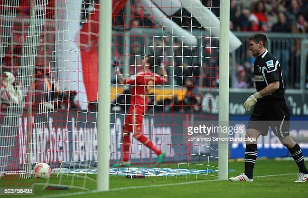 BayernSpieler Mario Mandzukic jubelt nach seinem 10Tor gegen Torhueter Wolfgang Hesl beim Bundesligaspiel FC Bayern Muenchen gegen die SpVgg Greuther...