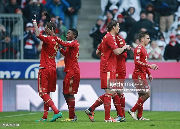 BayernSpieler Mario Mandzukic jubelt nach seinem 10Tor mit seinem Teamkameraden David Alaba beim Bundesligaspiel FC Bayern Muenchen gegen die SpVgg...