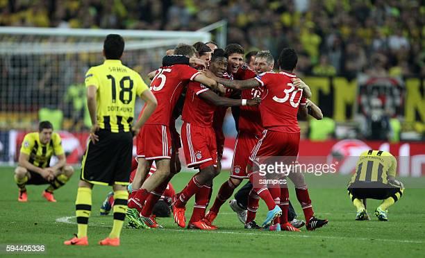 Bayernspieler Müller van Buyten Alaba Gomez Schweinsteiger Gustavo jubeln Dortmunds Spieler am Boden FC Bayern München ist der Gewinner der...