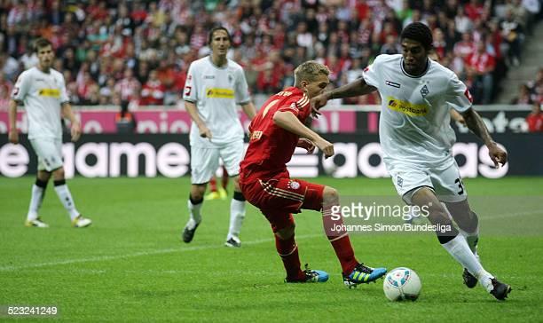 BayernSpieler Nils Petersen und BorussiaSpieler Dante kaempfen beim BundesligaSpiel zwischen dem FC Bayern Muenchen und Borussia Moenchengladbach am...