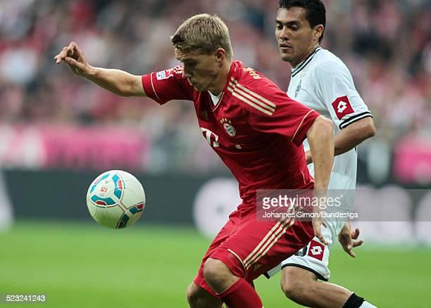 BayernSpieler Nils Petersen und BorussiaSpieler Juan Arango kaempfen beim Bundesliga Spiel zwischen dem FC Bayern Muenchen und Borussia...
