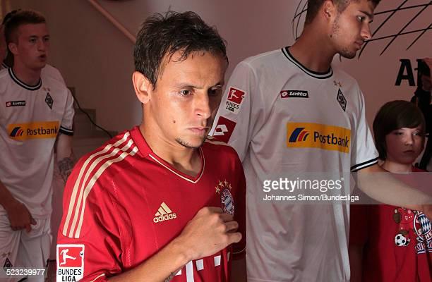 Bayern-Spieler Rafinha wartet im Spieler-Tunnel auf den Start des Bundesliga Spieles zwischen dem FC Bayern Muenchen und Borussia Moenchengladbach am...