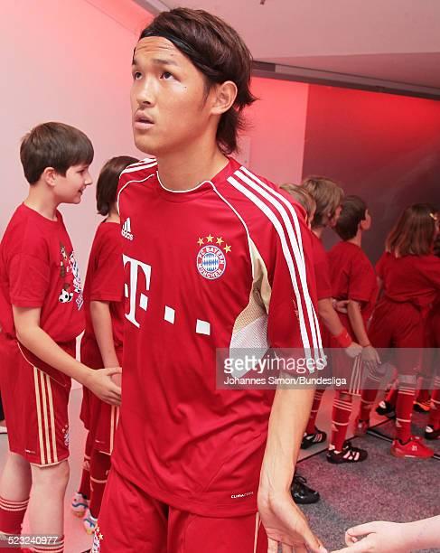 Bayern-Spieler Takashi Usami wartet im Spieler-Tunnel auf den Start des Bundesliga Spieles zwischen dem FC Bayern Muenchen und Borussia...
