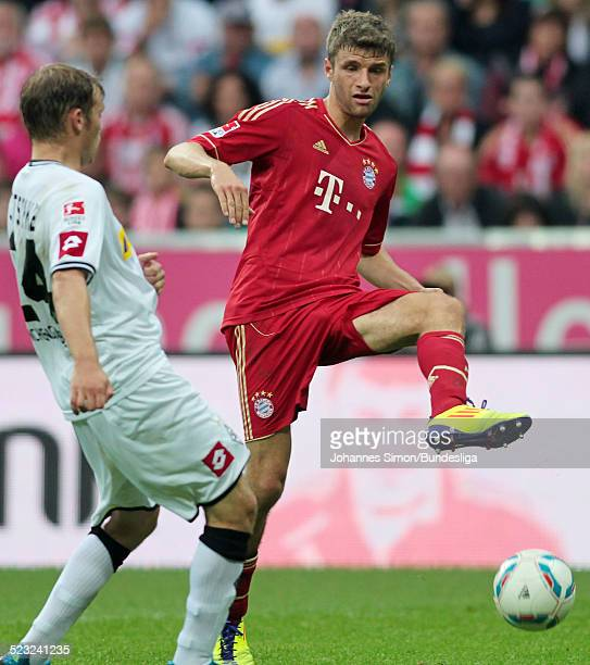 BayernSpieler Thomas Mueller und BorussiaSpieler Tony Jantschke kaempfen beim Bundesliga Spiel zwischen dem FC Bayern Muenchen und Borussia...