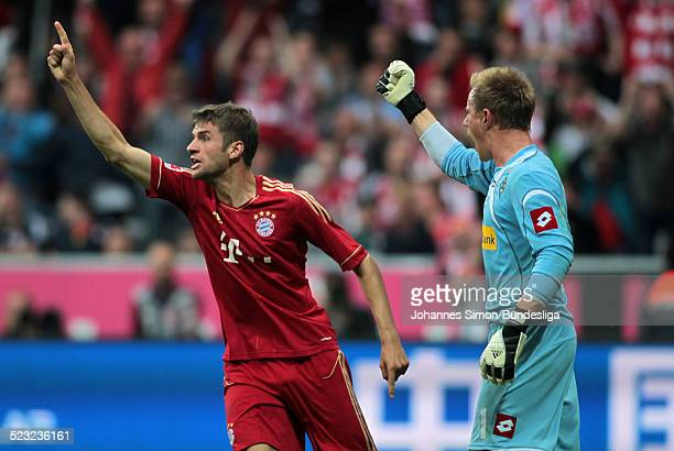 BayernSpieler Thomas Mueller und BorussiaTorwart MarcAndre Ter Stegen streiten beim BundesligaSpiel zwischen dem FC Bayern Muenchen und Borussia...