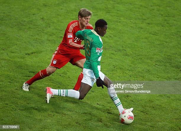 BayernSpieler Toni Kroos und der Fuerther Abdul Rahman Baba kaempfen um den Ball beim Bundesligaspiel FC Bayern Muenchen gegen die SpVgg Greuther...