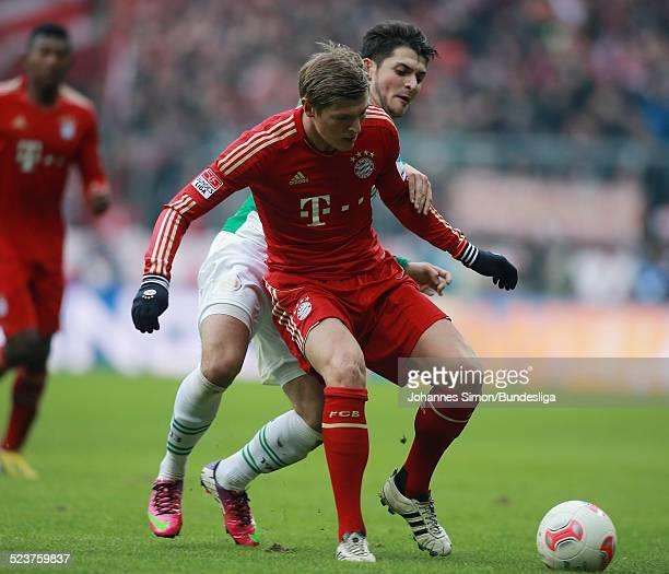 BayernSpieler Toni Kroos und der Fuerther Matthias Zimmermann kaempfen um den Ball beim Bundesligaspiel FC Bayern Muenchen gegen die SpVgg Greuther...