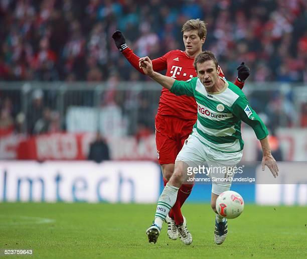BayernSpieler Toni Kroos und der Fuerther Milorad Pekovic kaempfen um den Ball beim Bundesligaspiel FC Bayern Muenchen gegen die SpVgg Greuther...