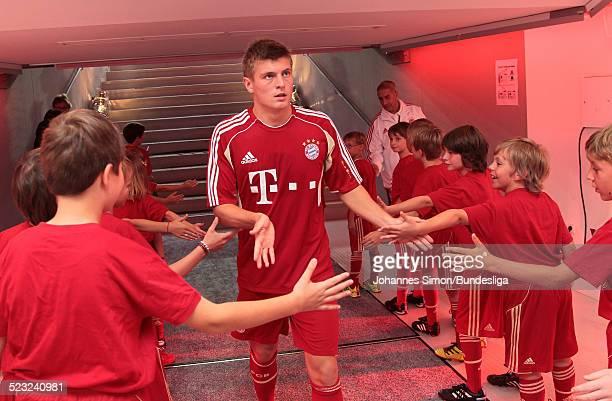 Bayern-Spieler Toni Kroos wartet im Spieler-Tunnel auf den Start des Bundesliga Spieles zwischen dem FC Bayern Muenchen und Borussia Moenchengladbach...
