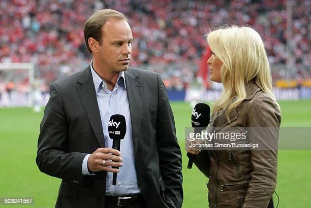 BayernSportdirektor Christian Nerlinger und TVModeratorin Jessica Castorp beim HalbzeitInterview waehrend dem BundesligaSpiel zwischen dem FC Bayern...