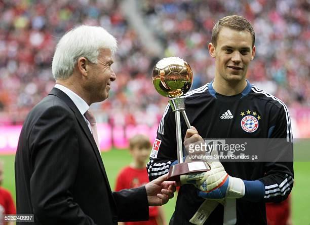 Bayern-Torwart Manuel Neuer erhaelt vor dem Bundesliga Spiel zwischen dem FC Bayern Muenchen und Borussia Moenchengladbach am in der Muenchner...