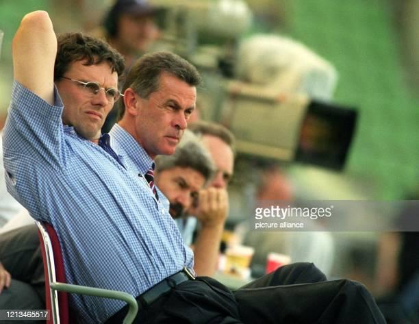 BayernTrainer Ottmar Hitzfeld und sein CoTrainer Michael Henke schauen auf der Mannschaftsbank sitzend den Aktionen ihrer Elf zu Der FC Bayern...