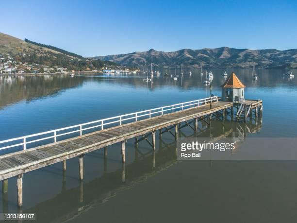 baylys wharf in akaroa - christchurch canterbury region in neuseeland stock-fotos und bilder
