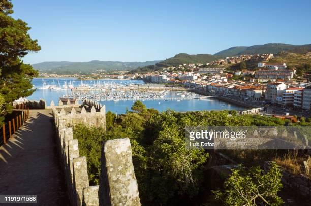 bayona overview from castle - provincia di pontevedra foto e immagini stock