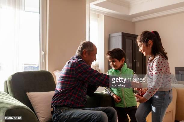 jour bayram. visite des enfants. - bonne fete de ramadan photos et images de collection