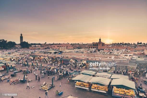 bazaar in medina of marrakech. jemaa el-fna in sunset. - mercato luogo per il commercio foto e immagini stock