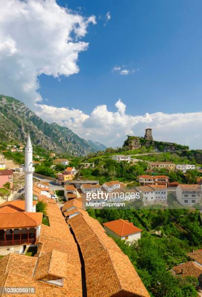 bazaar street, bazaar mosque (xhamia e pazarit) and fortress, kruja, kruje, durres qar, durres, albania - krujë stockfoto's en -beelden