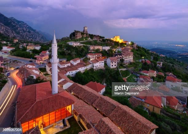 bazaar street, bazaar mosque (xhamia e pazarit), fortress and skanderbeg museum, dusk, kruja, kruje, durres, durres, albania - krujë stockfoto's en -beelden