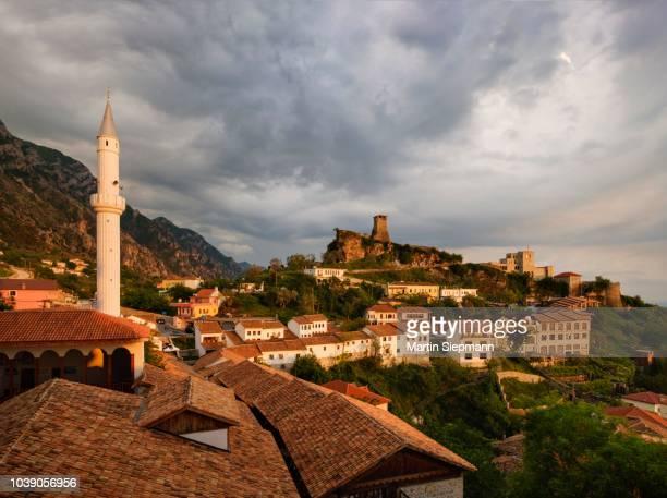 bazaar street, bazaar mosque (xhamia e pazarit), fortress and skanderbeg museum, evening light, kruja, kruje, durres qar, durres, albania - krujë stockfoto's en -beelden