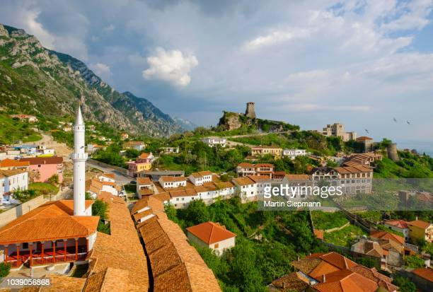 bazaar street, bazaar mosque (xhamia e pazarit), fortress and skanderbeg museum, kruja, kruje, durres qar, durres, albania - %e... ストックフォトと画像