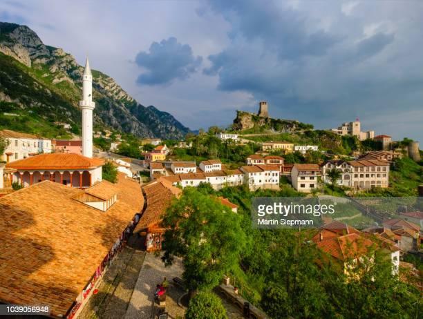 bazaar street, bazaar mosque (xhamia e pazarit), fortress and skanderbeg museum, kruja, kruje, durres qar, durres, albania - krujë stockfoto's en -beelden