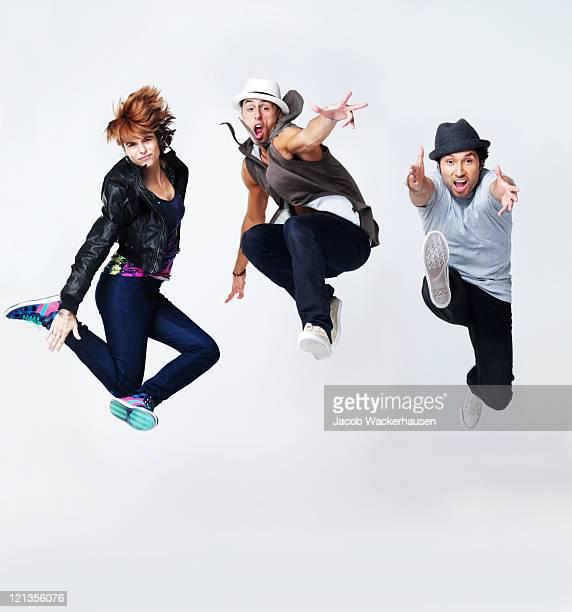 Bboying -ジャンプ若いダンサーによって、灰色の背景