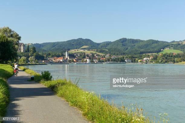 bcycle caminho para grein perto do rio danúbio na áustria - rio danúbio - fotografias e filmes do acervo