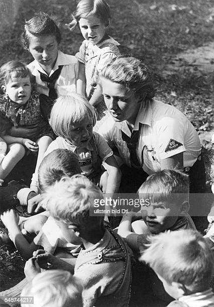 BDMMädchen versehen ihren Hilfsdienstin einem Kinderhort 1943