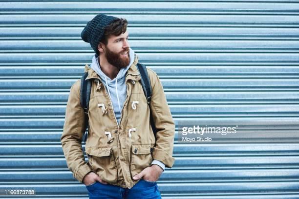 wees een man van karakter en stijl - handen in de zakken stockfoto's en -beelden