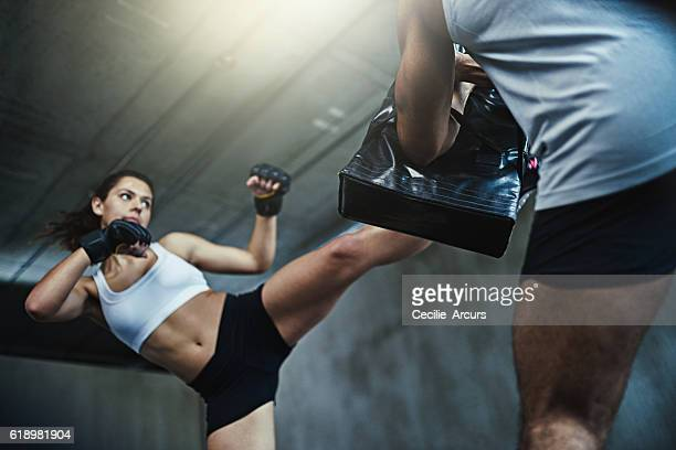 be prepared for whatever life throws at you - muay thai imagens e fotografias de stock