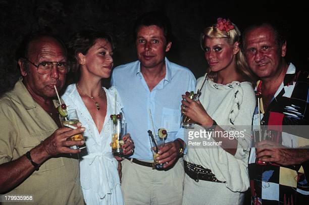 """Bea Fiedler , Regisseur Frank;Marischka, Dr. Klein, Ehefrau Renate,;Produzent Carl Spiems, """"Das verrückte;Strandhotel"""", Sekt, Cocktail,"""