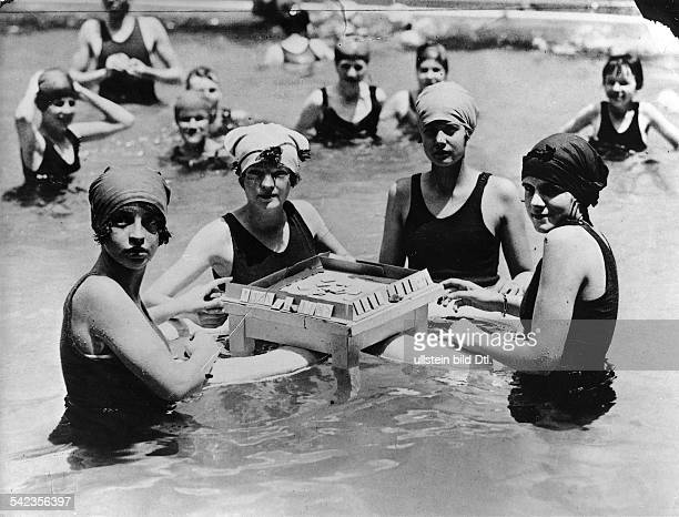 Beach and bathing scenes American women playing mahjongg in the water 1924 Vintage property of ullstein bild