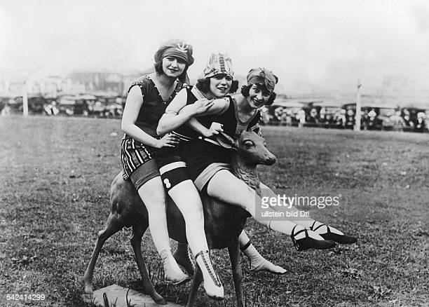 Beach and bathing scenes Three young women riding a deer on Long Beach / New York 1925 Vintage property of ullstein bild